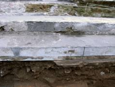 Figura 7: Ultimo escalón ubicado bajo el asfalto y fragmento del contrapiso de la calle original