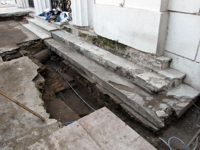 Foto 12: El basamento y su escalinata en la zona excavada, mostrando su forma original.