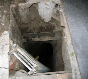 Entrada a otro de los pozos de saqueo dentro de la iglesia durante los trabajos