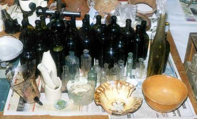 Parte del conjunto de objetos encontrados en la zanjas incluyendo parte de las botellas del cantero y objetos de los siglos XVII al XX.