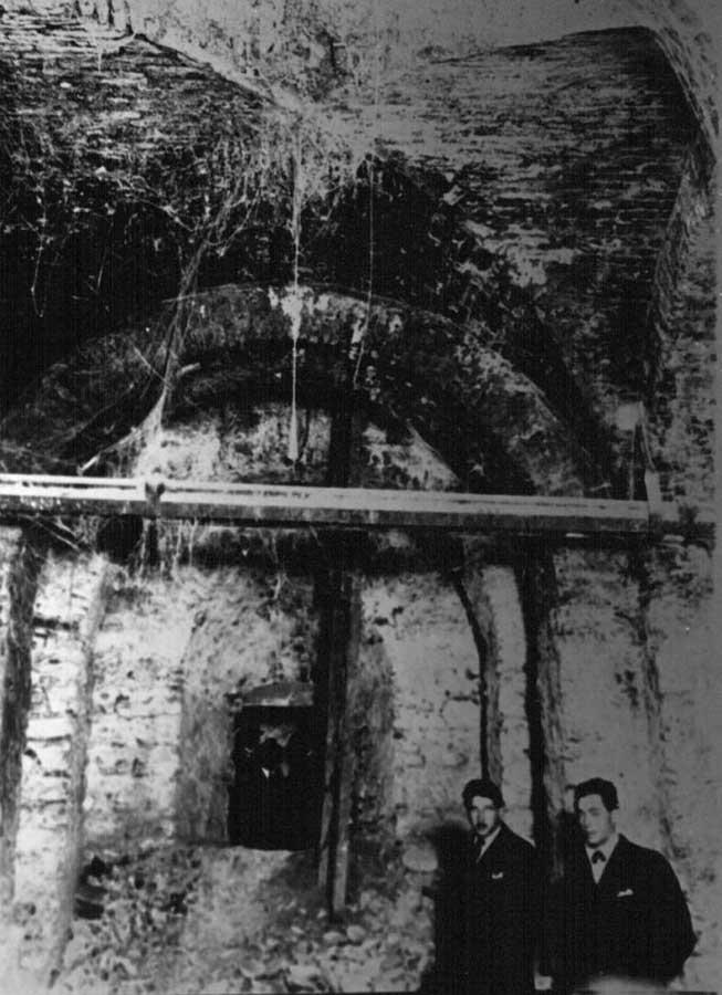La cripta convertida en sótano antes de 1928, conservando sus bóvedas.